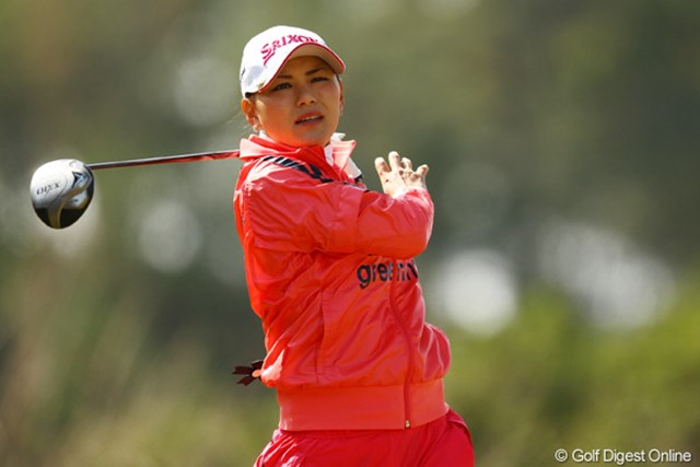 2012年 ヨコハマタイヤゴルフトーナメントPRGRレディスカップ 2日目 横峯さくら いつもの横峯さくらはどこへ?雨と風の中、安定感を欠いたゴルフが続いている・・・