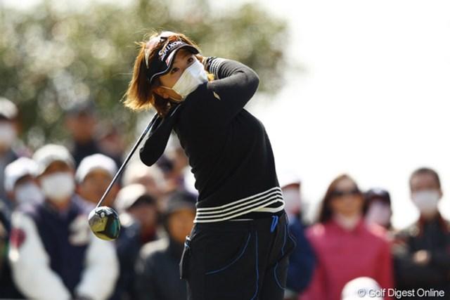 粘りのゴルフで首位と2打差に踏みとどまった吉田弓美子。花粉症に負けず、初優勝掴めるか?