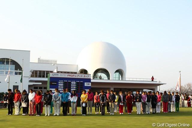 3月11日のスタート前、選手や関係者は東北の方角を向いて黙とうをささげた