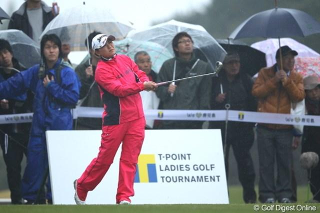 2012年 Tポイントレディスゴルフトーナメント 初日 横峯さくら 悪天候の中、大くの地元ギャラリーを引き連れる横峯さくら。首位に2打差の好スタートを切った