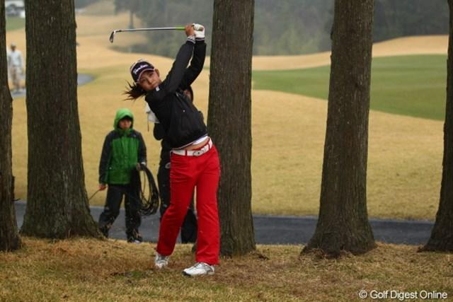 2012年 Tポイントレディスゴルフトーナメント 初日 斉藤愛璃 16番のティショットを右に曲げ、2打目を放つ斉藤愛璃。ここで、この日2度目のトリプルボギーを叩いた