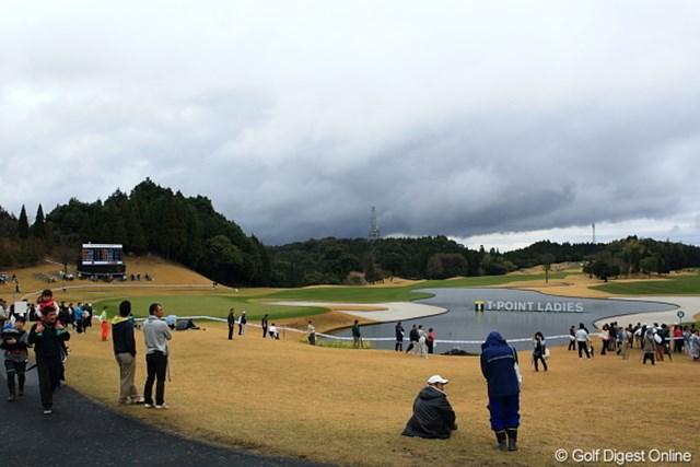 2012年 Tポイントレディスゴルフトーナメント 最終日 ギャラリー やっぱ天気悪いとギャラリーの入りも悪いのかな。