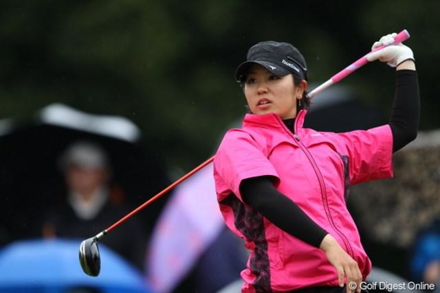 2012年 Tポイントレディスゴルフトーナメント 最終日 比嘉真美子 濡れてすべったのかな?珍しくフィニッシュが乱れた比嘉さん。