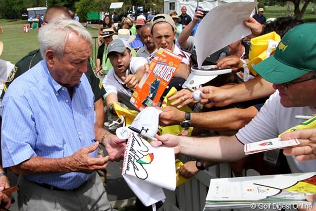 ホストのアーノルド・パーマーは毎年恒例のプロアマ戦は欠場したが、サインでファンサービス