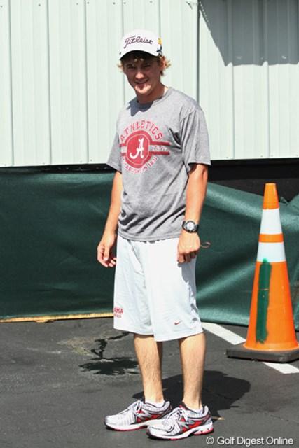 ラウンド後、トレーニングのために出身大学のTシャツ姿で登場。昨年5月にアラバマ大学を卒業したばかりだ