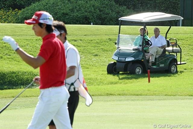 コースに出てきて観戦。石川遼のプレーも興味深く見ていた