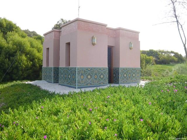 ゴルフ・ドゥ・パレロワイヤル」のロイヤルトイレの外観。美しいお花畑の中に建つ