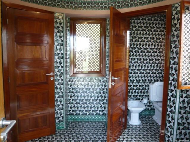 モロッコの伝統工芸、モザイクタイルで覆われた内観。エキゾチックな空間は、オシャレカフェを彷彿とさせる