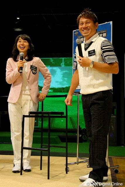 契約を結ぶテーラーメイドの新店舗グランドオープンイベントに参加した田中秀道と東尾理子