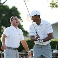 ラウンド後に練習場で談笑するタイガーとコーチのショーン・フォーリー。好成績が出れば自然に表情も緩む 2012年 アーノルド・パーマーインビテーショナル 2日目 タイガー・ウッズ