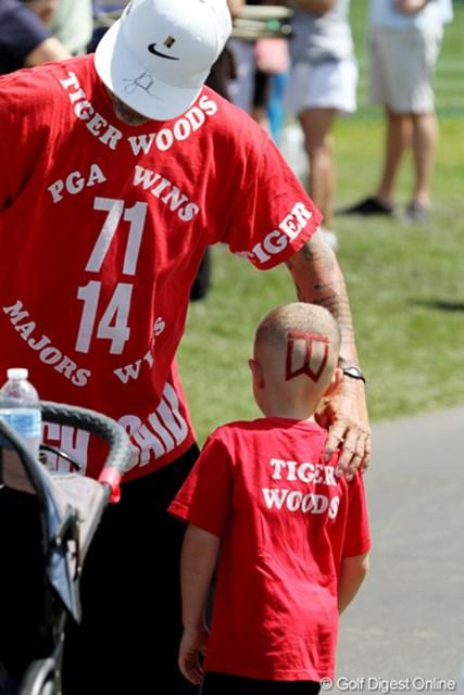 タイガーの組について歩いていたファンの親子。いくら好きだからって、息子の後頭部にTWマークって!