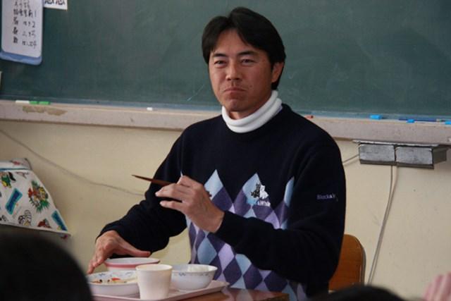 小学校訪問で生徒たちと一緒に給食をいただいた横尾要