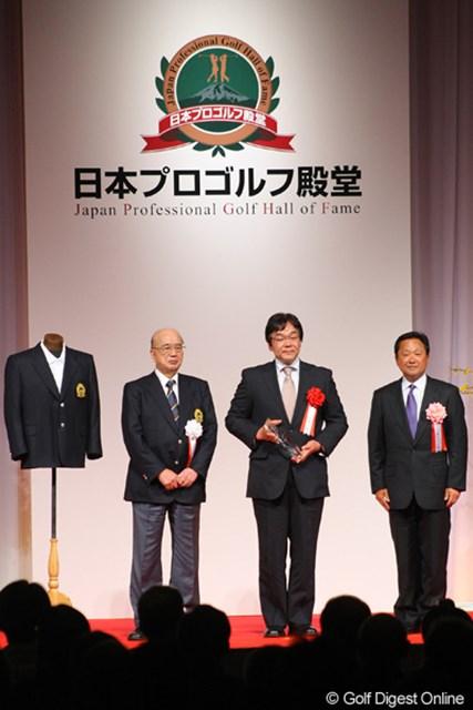 2012年 日本プロゴルフ殿堂 小針さん 顕彰を受けた7名のうち、唯一ご存命の小針春芳にはブレザーが進呈された。代理で出席したのは長男の良一さん(中央)