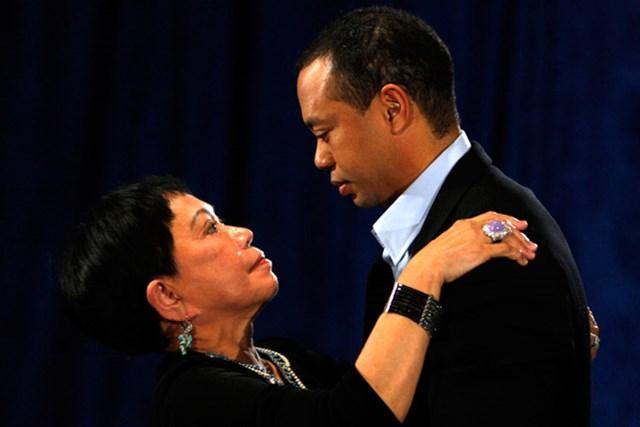 会見場の最前列に座っていた母クルチダさんは終了直後、涙を流して最愛の息子を抱き寄せた(Pool/Getty Images)