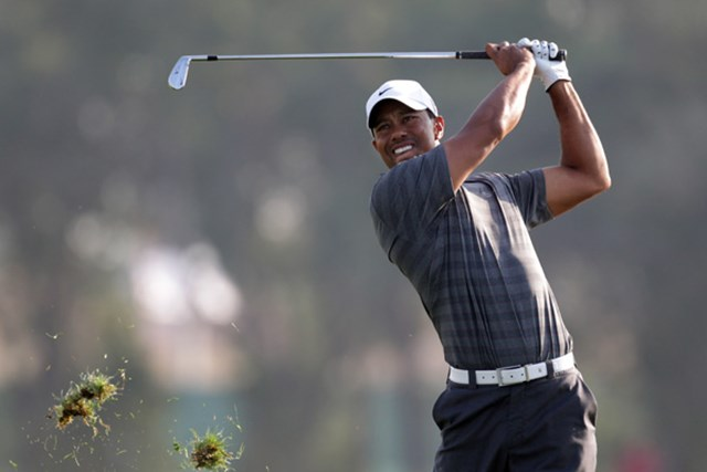 2012年の欧州ツアー「アブダビHSBCゴルフ選手権」で優勝争いを演じたT.ウッズ。徐々に復活の気配を漂わせていった(Ross Kinnaird/Getty Images)