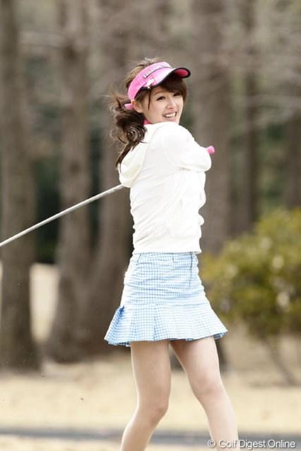 屋外ゴルフは初めてという久住小春。空振りも素敵な笑顔でカバー