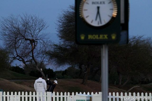 夜明け前からコースに来て、6時40分から練習ラウンドを開始した。早起きはゴルファーの常識