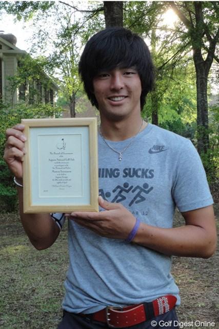 オーガスタで調整中の石川遼は、マスターズ委員会からの招待状を宿舎近隣で披露した