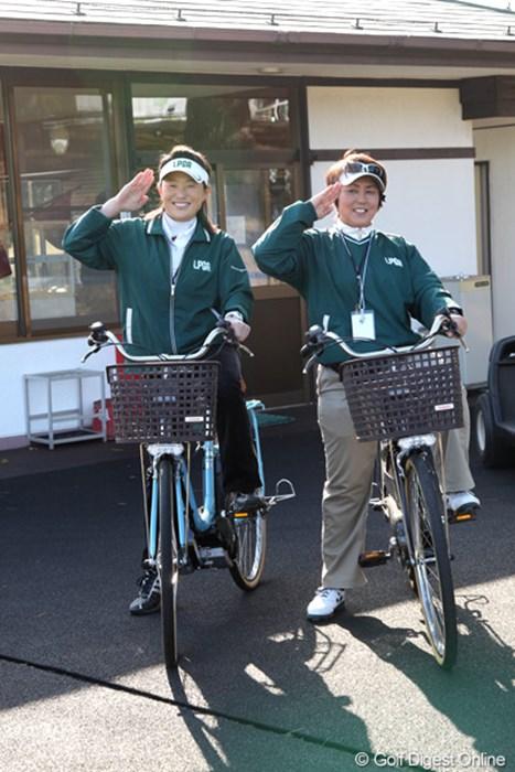 見回りですか?何か楽しそうなんですけど・・・。 2012年 ヤマハレディースオープン葛城 事前 ヤマハ電動アシスト自転車