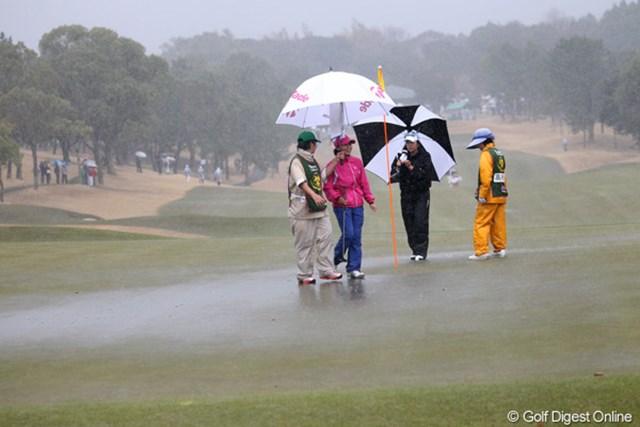 一気にグリーン上に雨水が・・・競技中断