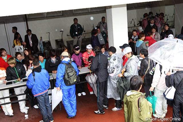 雨の中、帰らずに競技再開を待っていたギャラリーたちに即席のサイン会が行われました。