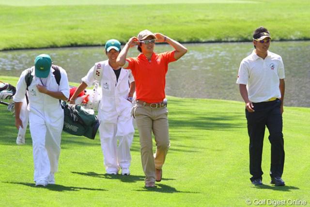 16番で水切りショットを成功させた石川遼は、歓声に応えながら笑顔でグリーンへ