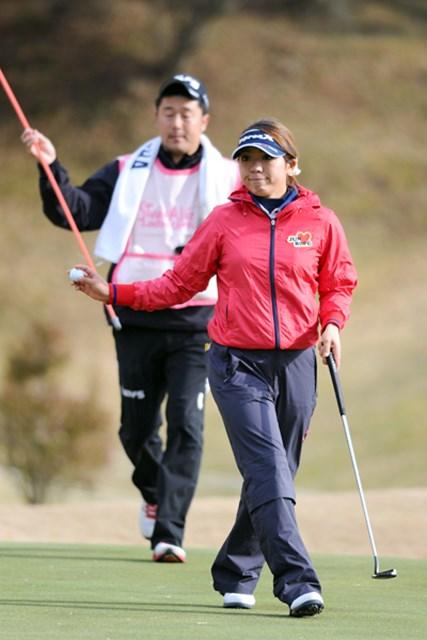 Y字バランスができるプロゴルファーとして有名(?)なカオ~リが終盤の連続バーディで7位タイスタートです。