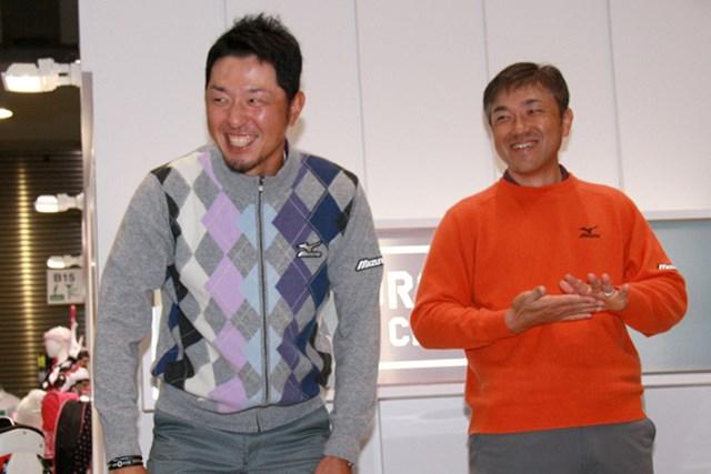 2月に東京ビッグサイトで行われたゴルフフェア。所属先ミズノの展示ブースで小林正則(左)と見せた明るい笑顔も、佐藤信人の心の充実を物語るようだった。