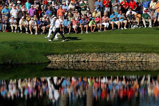 ひときわ大きさを増すパトロンからの声援。4着目のグリーンジャケットに向けて大きく前進したP.ミケルソン(Jamie Squire/Getty Images)