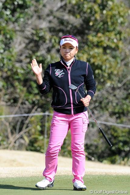 2012年 スタジオアリス女子オープン 最終日  有村智恵 1番で10mのバーディパットを決めた有村智恵は5位タイに食い込んだ