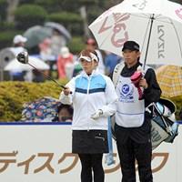 過去にジュニアの日本チャンピオンだったキャディ君を引き連れてのラウンドでしたが、昨夜の焼肉の効果もなく80点。この人も酒豪です。90位T 2012年 西陣レディスクラシック 初日 新井麻衣