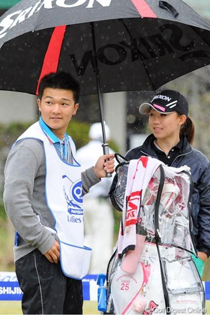 2012年 西陣レディスクラシック 初日 香妻琴乃 弟のジュンイチロー君がキャディを務めました。なかなかの面構えやと思ったら、九州ナンバーワンの高校生ゴルファーやそうです。DNA恐るべし…。31位T