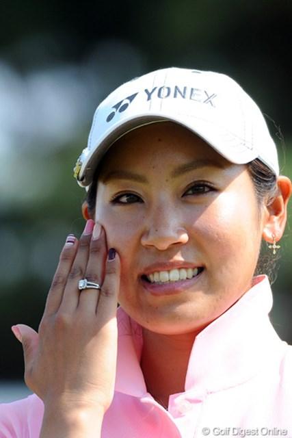 2012年 西陣レディスクラシック 最終日 若林舞衣子 優勝副賞の指輪をつけて記念撮影。優勝ってホントにうれしいもんなんやろねエ