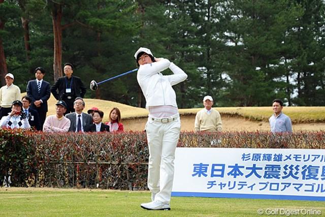 2012年 杉原輝雄メモリアル 東日本大震災復興支援 チャリティプロアマゴルフ大会 石川遼 1番ホールからスタートした石川遼。練習中には尾崎将司からアドバイスを受ける場面もあった。