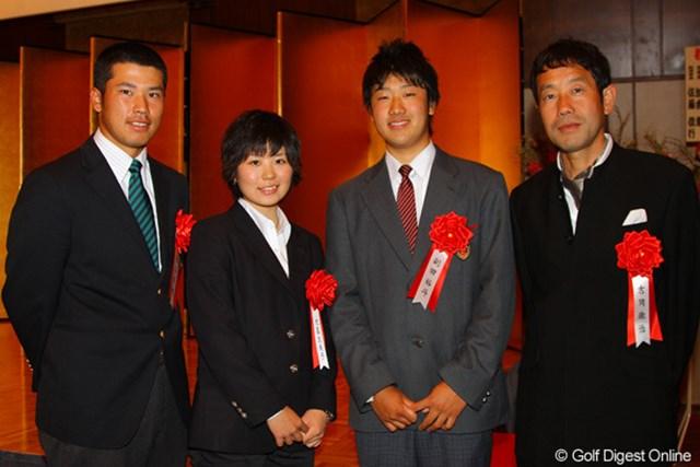 レッスン・オブ・ザ・イヤーの吉岡徹治氏(右)と松山英樹(左)、そしてジュニア大賞の比嘉真美子さんと、副田裕斗くん