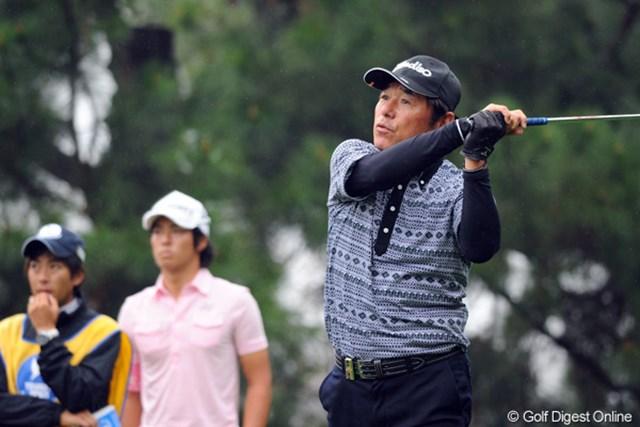 2012年 つるやオープンゴルフトーナメント 2日目 尾崎直道 全盛時とまったく同じフィニッシュを決めるナオちゃんです。一見若く見えるナオちゃんですが、遼君とは親子以上に年(35歳ほど)が離れてますねん。見えませんやろ?尾崎兄弟恐るべし…。41位T
