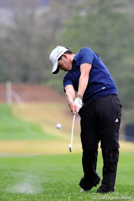2012年 つるやオープンゴルフトーナメント 2日目 大槻智春 飄々とした外見に似合わず、よ~う飛ばしますワ。今日だけで5バーディと破壊力もあります。2日連続の60台で安定感も…。ヤングパワー恐るべし…。16位T