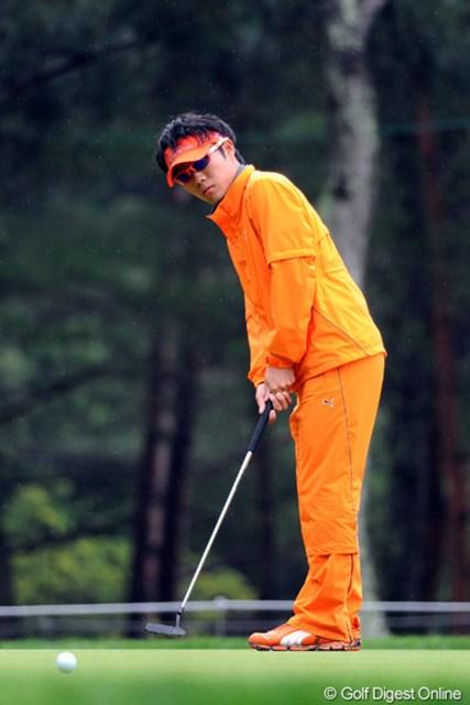 2012年 つるやオープンゴルフトーナメント 2日目 浅地洋佑 5バーディ、1ボギーで昨日の18位から9位タイまでジャンプアップ!飛距離は出ないんやけど、ショットが切れてるからバーディが量産出来るんやねェ。雨の中でもグラサンなんは?でしたけど…。9位T