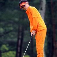 5バーディ、1ボギーで昨日の18位から9位タイまでジャンプアップ!飛距離は出ないんやけど、ショットが切れてるからバーディが量産出来るんやねェ。雨の中でもグラサンなんは?でしたけど…。9位T 2012年 つるやオープンゴルフトーナメント 2日目 浅地洋佑