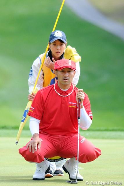 2012年 つるやオープンゴルフトーナメント 3日目 すし石垣 前半もたつきながらも、後半1イーグル、2バーディで本日3アンダーをマークしました。いっつも若くて可愛げな女性キャディを連れてるのが気になるでおます。11位T