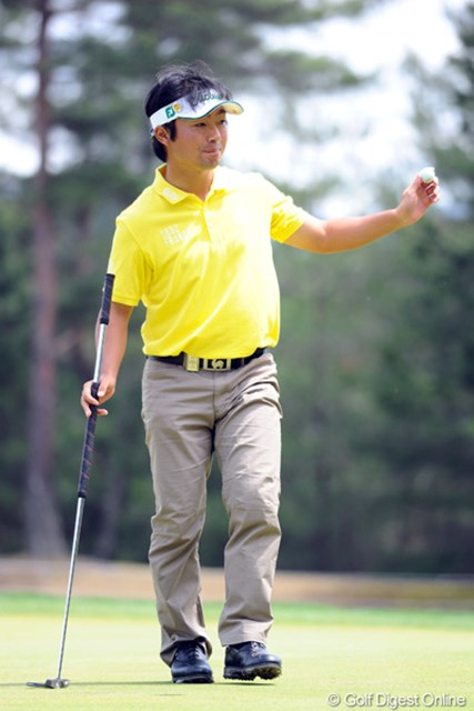 2012年 つるやオープンゴルフトーナメント 3日目 市原弘大 背は低いけど、身体の幅と厚みはゴッツイんですワ。パワフルなスイングでメッチャメチャ飛ばすんで、ロングホールも楽々2オンですワ。ほんでもってイーグル奪ってこのポーズ!今日だけで2イーグルでっせ~!3位T