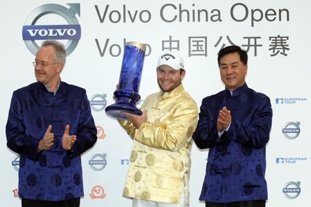 ツアー初勝利をマークしてから半年もたたないうちに3勝目。B.グレースはチャイナ服をまとってニッコリ。(Ross Kinnaird/Getty Images)