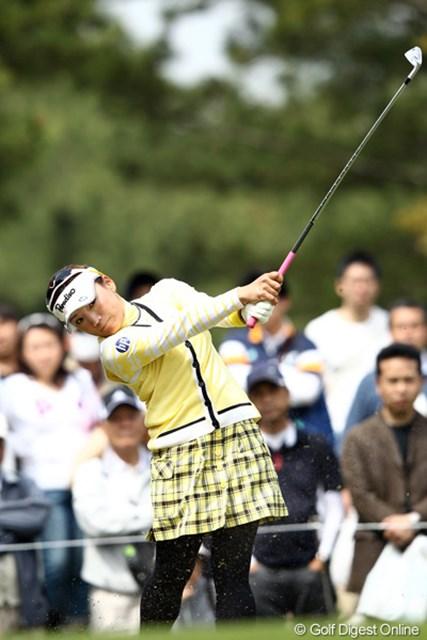 2012年 サイバーエージェント レディスゴルフトーナメント 2日目 有村智恵 アイアンショットが冴えまくる有村智恵が首位タイをキープ