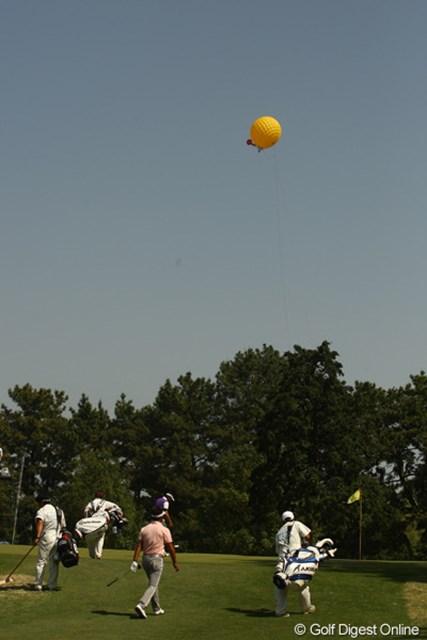謎の飛行物体発見!空からの映像をリモコン操作で撮影するバルーンカメラです。