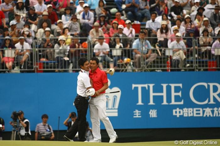 ほぼ優勝を確信して、ホールアウト後に同組でラウンドしたJ・B・パクと抱擁です。 2012年 中日クラウンズ 最終日 I.J.ジャン