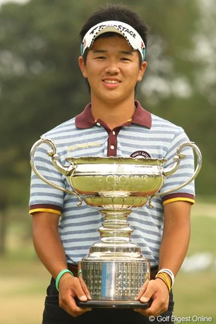 2012年 中日クラウンズ 最終日 伊藤誠道 ベストアマチュアにしては、優勝並みの凄く立派なカップですね。