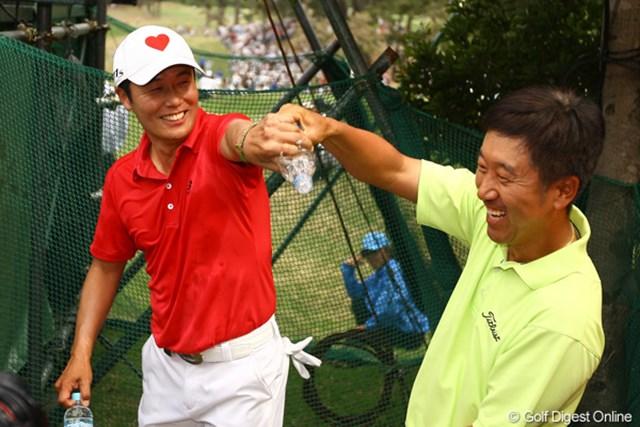 2012年 中日クラウンズ 最終日 I.J.ジャン&S.K.ホ ホールアウト後、S.K.ホ(右)に祝福されたI.J.ジャン。日本ツアーで戦う韓国勢の兄貴分2人だ。
