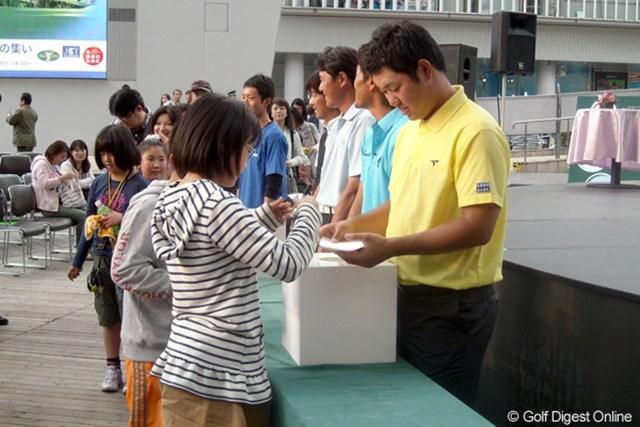 最後にサインを交えながら募金活動を行う選手たち。東日本大震災の義援金に充てられる