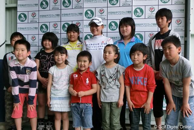 地元茨城のジュニアゴルフ会の子供たちと写真に納まる横峯さくら
