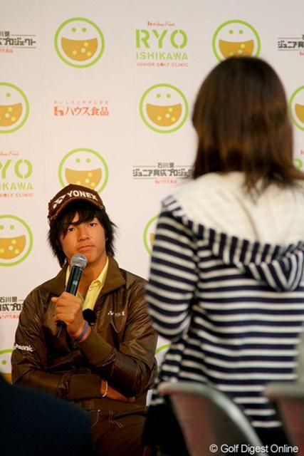 質問を送るジュニアたち1人1人に、真剣な眼差しを送る石川遼
